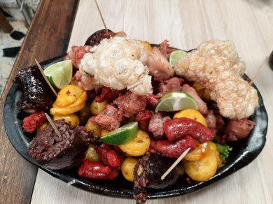 A big platter of meat, pototoes and other Colombian foods. You may recognize the Black pudding.
